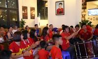 Hàng trăm cổ động viên tập trung ổ vũ cho đội tuyển Việt Nam. Ảnh: Duy Phạm