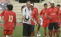 Thời còn là cầu thủ, HLV Riedl là tiền đạo xuất sắc của Austria Wien