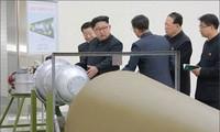 Nhà lãnh đạo Triều Tiên Kim Jong-un và đội nghiên cứu chương trình hạt nhân. Ảnh: Reuters/KCNA