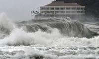 Sóng mạnh vỗ vào bờ biển Nhật Bản. Ảnh: Reuters