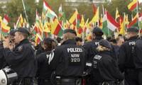 Cảnh sát Đức cố gắng duy trì an nnh trong bối cảnh hàng chục ngàng người Kurd biểu tình phản đối Thổ Nhĩ Kỳ. Ảnh: AP