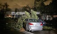 Lốc xoáy bất ngờ ập đến trong đêm, Texas tan hoang