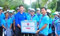 Bí thư thứ nhất Trung ương Đoàn Lê Quốc Phong tặng quà, động viên sinh viên tình nguyện ở Bến Tre. Ảnh: Hoà Hội