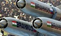 BrahMos là loại tên lửa hành trình siêu thanh ứng dụng công nghệ tàng hình có thể phóng từ tàu, tàu ngầm, máy bay hay các trạm phóng lưu động trên mặt đất. Ảnh : AP