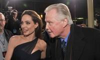 Angelina Jolie và Jon Voight trong buổi ra mắt phim In the Land of Blood and Honey (2011) do cô làm đạo diễn