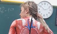 Giáo viên trẻ dùng chính cơ thể mình để dạy lớp giải phẫu