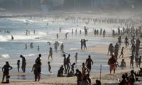 Người dân đổ xô ra bãi biển Ipanema ở thành phố Rio de Janeiro, Brazil trong ngày 21-6-2020 - Ảnh: REUTERS