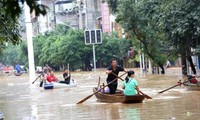 Lũ lụt dâng cao khiến người dân phải chèo thuyền đi lại ở huyện Dung Thủy, tỉnh Quảng Tây. Ảnh: Xinhua