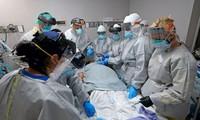 Các bác sĩ tại Houston, Mỹ nỗ lực cứu sống bệnh nhân mắc Covid-19. Ảnh: SCMP