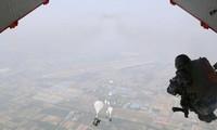 Một lính nhảy dù thuộc PLA nhảy khỏi máy bay vận tải Y-20 trong một cuộc tập trận. Ảnh: PLA