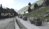 Xe quân sự Ấn Độ rầm rập tiến về phía biên giới Trung Quốc