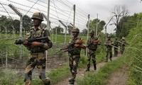 Binh sỹ Ấn Độ tuần tra gần đường Ranh giới Kiểm soát (LoC) phân chia khu vực Kashmir với nước láng giềng Pakistan. (Ảnh: AP/TTXVN)