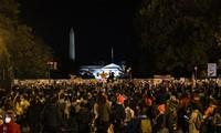 Biển người tụ tập gần Nhà Trắng trong đêm bầu cử. Ảnh: RT