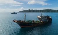 Tàu cá Trung Quốc bị chính quyền Palau bắt giữ ở rạn san hô Helen. Ảnh: Richard Brooks.