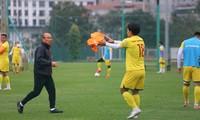 HLV Park Hang Seo cũng tập luyện với các cầu thủ. Ảnh: Duy Phạm