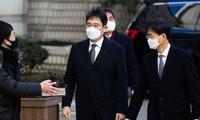 Ông Jay Y. Lee, Phó chủ tịch Samsung Electronics, đến Tòa án Quận Trung tâm Seoul ngày 30/12. Ảnh: Bloomberg