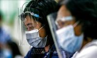Nhân viên y tế đeo khẩu trang và tấm chắn nhựa phòng lây nhiễm COVID-19 tại Manila, Philippines. Ảnh: THX/TTXVN