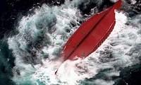 Tàu Trung Quốc bị lật ở vùng biển ngoài khơi tỉnh Okinawa ngày 2/3. (Ảnh: Kyodo)