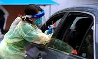 Nhân viên y tế lấy mẫu xét nghiệm COVID-19 tại Hillsboro, Oregon. Ảnh: New York Times