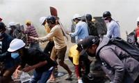 Cảnh sát Myanmar và người thân đang chạy trốn sang Ấn Độ trước sự truy quét của chính quyền quân sự. (Ảnh: Reuters)