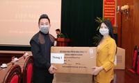 Tùng Dương-Phạm Thùy Dung trao quà hỗ trợ bộ đội biên phòng chống dịch Covid-19