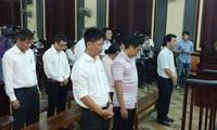 Các bị cáo trung vụ buôn thuốc chữa ung thư giả của VnPharma tại toà