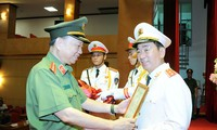 Bộ trưởng Tô Lâm trao Quyết định của Chủ tịch nước thăng cấp bậc hàm từ Thiếu tướng lên Trung tướng cho Thứ trưởng Trần Quốc Tỏ. (ảnh: mps)