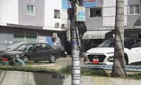 Ô tô đậu, đỗ trước khuôn viên chung cư thu nhập thấp Long Thịnh. Ảnh: Tr.Định