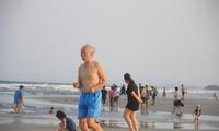 Bãi biển Mỹ Khê (Quản Ngãi) vẫn đông người tắm giữa lệnh cấm - ảnh Nguyễn Ngọc