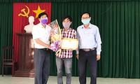 Lãnh đạo UBND xã Đức Nhuận trao tặng giấy khen cho anh Lư Ngọc Duy (giữa)- ảnh CTV