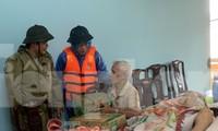 Ông Nguyễn Văn Bình (bìa trái) đi cứu trợ đồng bào lũ lụt, trước khi làm nhiệm vụ cứu hộ công nhân thủy điện và mất tích - ảnh Ngọc Văn
