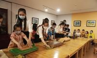 Các em thiếu nhi Đà Nẵng với trải nghiệm làm tranh vải tại Bảo tàng Mỹ thuật - ảnh Đ.T