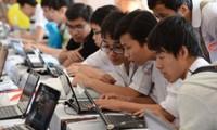 Thi tốt nghiệp THPT trên máy tính: Học sinh và giáo viên còn dè chừng vì nhiều lí do