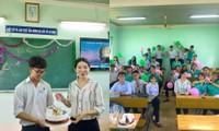 Ngày Nhà giáo Việt Nam 20/11: Thầy cô và học trò tặng nhau những niềm vui