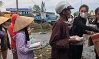 VIDEO: Thủy Tiên ngồi xuồng trao quà cứu trợ cho người dân vùng lũ ở miền Trung