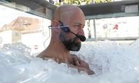 Người đàn ông lập kỉ lục ngâm mình trong 200 kg đá lâu nhất chỉ với 1 chiếc quần bơi