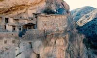 Điều ít biết về ngôi làng 500 tuổi trên vách đá cao, từng cấm du khách đến gần