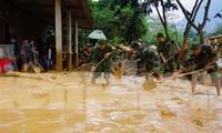 Sau bão lũ, một xã ở Quảng Trị ngập trong lớp bùn dày gần 1 mét