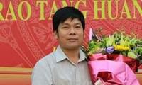 Phóng viên Hoài Nam được trao bằng khen năm 2017. Ảnh: Facebook Hoài Nam.
