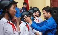 Trao tặng mũ bảo hiểm cho học sinh trường THCS Bảo Sơn, huyện Lục Nam, tỉnh Bắc Giang