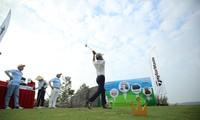 Các golfer trải nghiệm tại hố 19 và đóng góp xây dựng Quỹ Hỗ trợ Tài năng trẻ Việt Nam.
