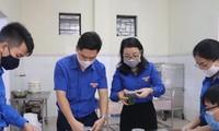 Chị Nguyễn Thị Thơm, quyền Bí thư Tỉnh Đoàn Nghệ An (thứ 2, từ phải qua), cùng các tình nguyện viên chuẩn bị đồ ăn cho người dân tại khu cách ly tập trung.