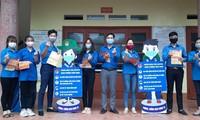 Bạn trẻ Thái Nguyên đến từng hộ dân hỗ trợ khai báo y tế.