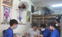 """Các đội thanh niên tình nguyện tỉnh Bình Định """"đến từng ngõ, gõ từng nhà"""" hỗ trợ người dân khai báo y tế."""