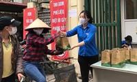 Bạn trẻ Thủ đô Hà Nội tặng các phần ăn miễn phí cho người lao động nghèo trong dịch COVID -19