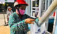 Người nghèo khó nhận gạo hỗ trợ từ ATM gạo do Tỉnh Đoàn Bình Thuận phối hợp với các đơn vị liên quan tổ chức