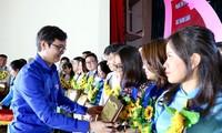 anh Bùi Quang Huy, Bí thư T.Ư Đoàn, Chủ tịch T.Ư Hội SVVN trao tặng phần thưởng cho các đảng viên trẻ tiêu biểu làm theo lời Bác năm 2020. Ảnh: Bảo Anh