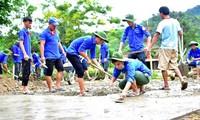 Đội thanh niên tình nguyện Đại học Huế tham gia làm đường giao thông nông thôn trong chiến dịch Thanh niên tình nguyện Hè 2018. Ảnh: Tường Vi