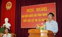Bí thư thứ nhất T.Ư Đoàn Lê Quốc Phong tiếp xúc cử tri tại xã Ngũ Phụng, huyện đảo Phú Quý, tỉnh Bình Thuận