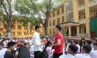 Học sinh trường THPT Yên Lạc số 2 – Vĩnh Phúc tại buổi hướng nghiệp